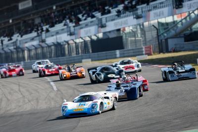 Die FIA Masters Historic Sports Car Championship (hier kurz nach dem Start) vermittelt die Faszination des Endurance-Sports beim AvD-OGP ebenso wie die Aston Martin Masters Endurance Legends. © AvD / Gruppe C