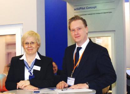 Tilmann Winkhaus (Mitglied der Geschäftsführung) und Dr. Irina Karsunke (Gesamtvertriebsleiterin Ost) auf der MosBuild 2010, auf der Winkhaus mit activPilot und proPilot sehr erfolgreich neue Beschlagtechnik präsentierte.