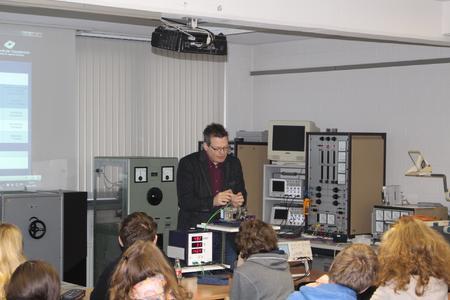 Mit praktischen Experimenten veranschaulicht Prof. Dr. Matthias Reckzügel beim diesjährigen MINT-Tag seinen Vortrag über Studienmöglichkeiten an der Hochschule Osnabrück