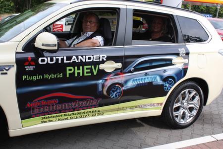 Der Berliner Taxifahrer Ottfried Rennebarth im ersten Plug-in Hybrid Outlander Taxi der Hauptstadt