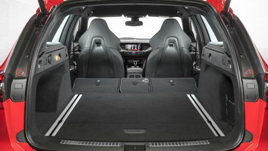 So schön, so scharf, so praktisch: Vorne die neu entwickelten Schalensitze, hinten viel Platz im Ladeabteil. Der neue Opel Insignia GSi Sports Tourer ist Beides – Sportkombi und Alltagsheld