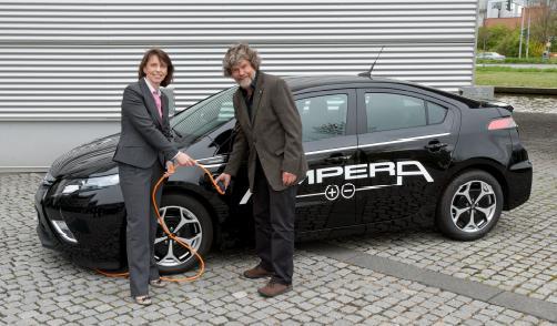 Reinhold Messner fährt Opel Ampera. Imelda Labbé, Exekutiv Direktorin Verkauf, Marketing & Service von Opel in Deutschland, übergab dem 67-jährigen Extrembergsteiger am Opel-Stammsitz in Rüsselsheim das erste voll alltagstaugliche Elektroauto eines europäischen Herstellers