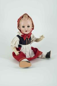 Rotkäppchen-Puppe von Koenig & Wernicke, Waltershausen, 1940er Jahre. Foto: Stadtmuseum Dresden, Franz Zadnicek