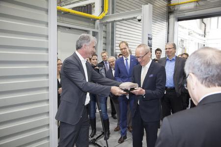 Geschenk zur Einweihung: Opel-Designchef Mark Adams übergibt dem Opel Group CEO Dr. Karl-Thomas Neumann ein gefrästes Modell. Foto Opel AG