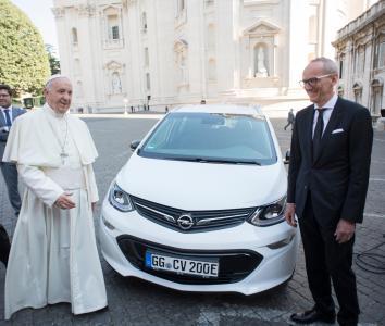 Feierliche Übergabe: Opel-Chef Dr. Karl-Thomas Neumann überreicht einen neuen Ampera-e an Papst Franziskus