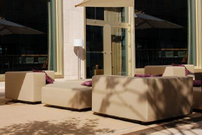 Die Herbstsonne scheint: Auf Terrasse oder Balkon die letzten Sonnentage auskosten!