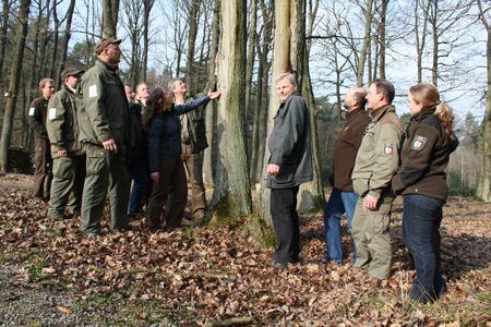 Zwölf Ranger und Mitarbeiter des Nationalparkforstamtes Eifel im Landesbetrieb Wald und Holz NRW haben mit einer Fortbildung zu Naturinterpreten begonnen. Vorne bzw. Bildmitte von links nach rechts: Katja Winter, Michael Lammertz und Thorsten Ludwig.