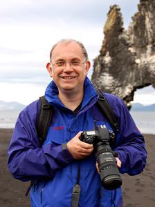 Der Essener Fotograf und Autor will mit seiner Ausstellung Anstöße zum Nachdenken über das Thema Erinnerungskultur geben.