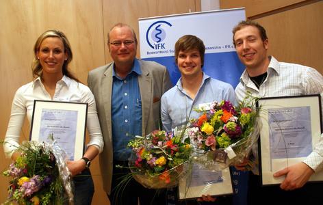 Gold, Silber und Bronze für Peter Brochwicz (rechts), Johannes Reich (2. von rechts) und Gesche Mohr (links). Mit ihnen freut sich Prof. Dr. Christoff Zalpour