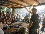 Feuer machen mit den Methoden der Steinzeit in den Pfahlbauten am Bodensee. Einmaliger  Abdruck frei, Copyright Pfahlbaumuseum Unteruhldingen