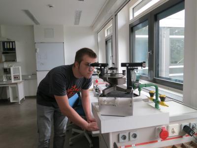 Schüler Jorit Welzel mit einem Prismenspektralapparat im Physiklabor