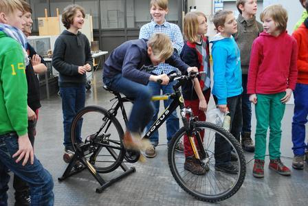Sechs b der Ursulaschule gibt Gas auf dem Energiefahrrad: Mit Muskelkraft wollen die Schüler so viel Energie erzeugen, dass es gelingt, damit eine Tasse Kaffee für ihren Lehrer Andreas Degenhard zu kochen