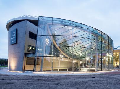 Die gebogene, trapezförmige Glasfassade des Van Gogh Museums in Amsterdam, designt und ausgeführt von Octatube. © Luuk Kramer