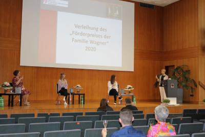 (v.l.): Barbara Kolbinger, Annika Kohler und Elena Sismani beim Zuprosten mit Dekanin Prof. Dr. Eveline Häusler (Bilder: HWG LU)
