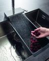 """Aquno – das integrierte Gesamtsystem aus """"Aqua"""" (Wasser) und """"Unit"""" (Einheit) – macht eine zukunftsweisende Interaktion mit Wasser in der Küche erlebbar und bietet durch das clevere Gesamtkonzept je nach Einsatzgebiet passend darauf abgestimmte Strahlarten und Funktionen. Erstmals werden Laminar- und Brausestrahl an der Ausziehbrause um eine dritte, flächige und besonders sanfte Strahlart ergänzt, die aus dem integrierten Grundkörper entspringt."""