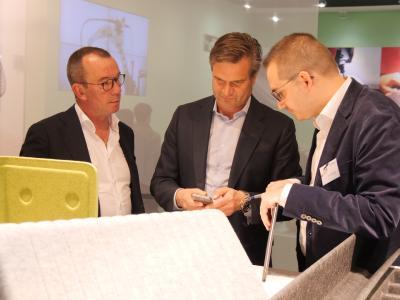 Im Gespräch: Geschäftsführer Gerrit Becker (rechts) demonstriert interessierten Besuchern die Vorzüge von formfleece