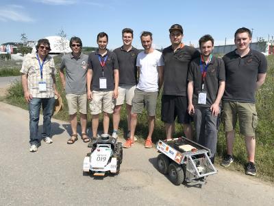 Das gemeinsame Team der Hochschule und der Universität Osnabrück erzielte mit seinen beiden Feldrobotern große Erfolge beim internationalen Feldroboter-Wettbewerb in Heilbronn (Foto: Arno Ruckelshausen / Hochschule Osnabrück)