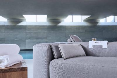 """KLAFS und IKONO haben gemeinsam eine """"KLAFS Sonderedition"""" entwickelt. Diese Möbel basieren auf der erfolgreichen Outdoor-Serie von IKONO. Foto: KLAFS GmbH & Co. KG"""