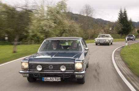 Starker Einsatz: Opel Vertriebschef Peter Küspert (Fahrer) und Schauspieler Roman Knižka unterwegs im Opel Diplomat V8 von 1976