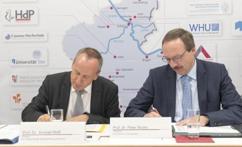 (v.l.) Wissenschaftsminister Prof. Dr. Konrad Wolf und Hochschulpräsident Prof. Dr. Peter Mudra heute bei der Unterzeichnung der neuen Zielvereinbarungen (Bild: MWWK RLP/ Stefan Sämmer)