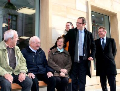 Die ersten Mitbürger bei der Sitzprobe: Michael Bausch und OB Dr. Janik freuen sich über die gemeinsame Initiative (v.r.) (Foto: HJKrieg, Erlangen)