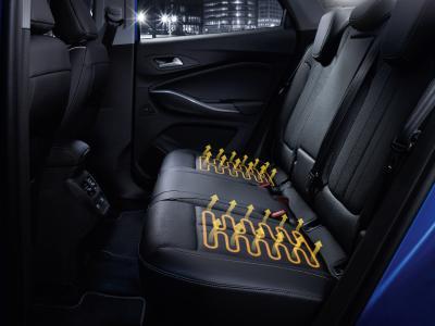 Wohlig warm durch den Winter: Beim Opel Grandland X Ultimate kommen nicht nur Fahrer und Beifahrer, sondern auch die Passagiere auf den beiden äußeren Fondplätzen in den Genuss beheizbarer Sitze