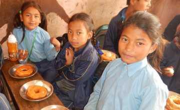 In Nepal unterstützt die Georg Kraus Stiftung Schüler mit einer täglichen Mahlzeit