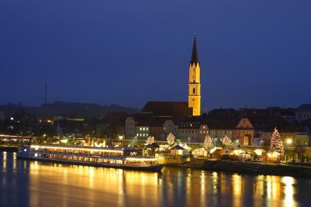 Schwimmender Weihnachtsmarkt in Vilshofen. Foto: obx-news/Tourismusverband Ostbayern