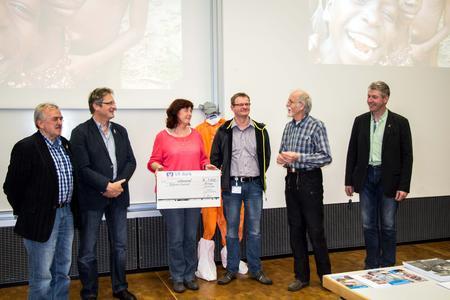 Ganz spontan einen Scheck in Höhe von 1.000 Euro überreichte der Betriebsrat von Coppenrath & Wiese dem Cap Anamur-Vorsitzenden, Dr. Werner Strahl (2.v.r.).
