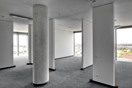 Runde Säulen und flache Trennwände gliedern diesen Raum