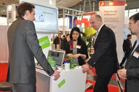 Brandenburgs Ministerpräsident Dietmar Woidke informierte sich auf dem CeBIT-Stand der Technischen Hochschule Wildau über sichere Kommunikation via Internet für kleine und mittlere Unternehmen