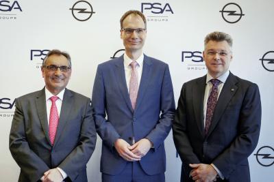 Saragossa-Werksleiter Antonio Cobo, Opel CEO Michael Lohscheller, Jonathan Akeroyd, Director Sales, Marketing & Aftersales Opel Iberian Cluster (von links)