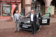 ENCW-Geschäftsführer Horst Graef (links) überreicht Oberbürgermeister Florian Kling die Schlüssel für seinen neuen Dienstwagen.