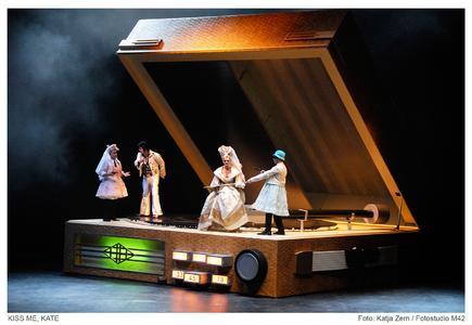 """Rolf- Rudolf Lütgens (1. Ganove); Tobias Weber (Fred Graham); Sylvia Bretschneider (Lilly Vanessi); Frank-Lienert Mondanelli (2. Ganove) - hier im """"Stück im Stück"""" Shakespaeres """"Der Widerspenstigen Zähmung"""""""