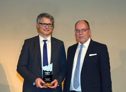 "Award winning: Albrecht Schäfer, head of product marketing Opel Germany (left) accepts the ""Connectivity Award 2016"" for the Opel Mokka from the hands of Auto Bild Allrad editor-in-chief Bernhard Weinbacher"
