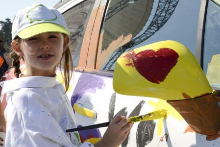Auch die Kleinsten hatten großen Spaß: Mit Fingerfarben gestalteten sie das Opel-Flaggschiff, einen Insignia