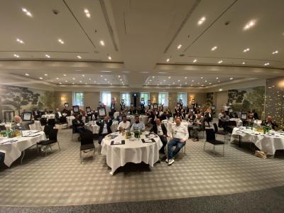 Die Gewinner des Service Provider Awards halten ihre Urkunden hoch / Foto: Vogel IT-Akademie
