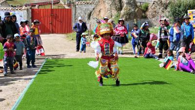 Ein Patenkind tanzt den traditionellen peruanischen Danza di Tijeras. Copyright PM International