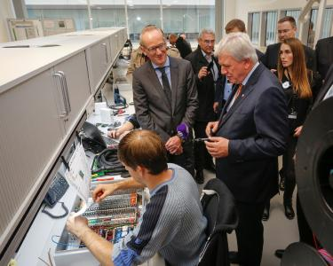Hessian Prime Minister Volker Bouffier and Opel CEO Dr. Karl-Thomas Neumann in conversation with employees of the new Global Propulsion Systems Center in Rüsselsheim