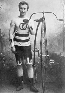 Hochrad: Der älteste Opel-Sohn Karl posiert 1889 mit einem der ersten Fahrradmodelle aus Rüsselsheim