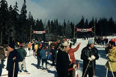 """Wettkampf in freier Natur auf der """"Stieglitzecke"""" Biathlonstadien gab es damals im Harz noch nicht / Foto: Schiers: EFNS, Altenau 1974"""