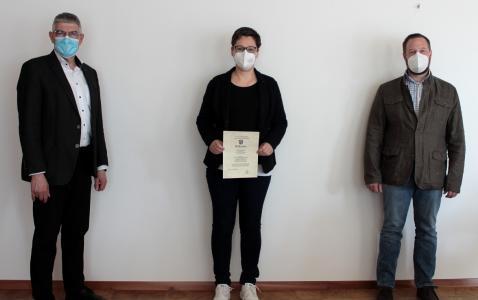 Landrat Manfred Görig (links) und der stellvertretende Leiter des Amtes für Veterinärwesen, Verbraucherschutz und Ordnungsangelegenheiten, Dr. Torsten Scheid, freuten sich, Judith Otterbein zur Bienensachverständigen bestellen zu können