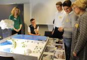 """Ein Team der Gesamtschule Treuenbrietzen befasste sich in einem Seminarkurs mit dem Thema """"Erneuerbare Energien"""" am Beispiel eines landwirtschaftlichen Betriebes. Begleitet wurde es von Torsten Döhler (hinten Mitte) vom NaWiTex-Schülerlabor """"PhysTecLab"""", das eng mit den Studiengängen Physikalische Technologien/Energiesysteme und Photonik verbunden ist / Fotograf / Quelle: TH Wildau / Bernd Schlütter"""