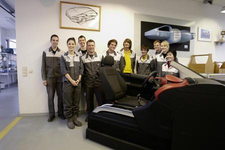 Lena Meyer-Landrut nutzte einen Aufenthalt in Rüsselsheim um dem Opel-Ausbildungszentrum einen Besuch abzustatten. Hier bei den Modellbauer- Auszubildenden, die sich mit dem Bau von Fahrzeug-Innenräumen beschäftigen