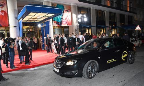 Am Roten Teppich: Die Stars des Münchner Filmfests werden stilsicher mit Oldtimern von Opel Classic und dem aktuellen Opel-Flaggschiff, dem Insignia (Foto), vorgefahren / Foto: Adam Opel AG