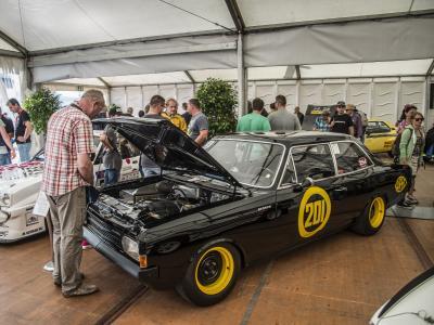 """Ein Zelt mit Geschichte: Die zwölf Opel-Klassiker im Nürburgring-Fahrerlager begeisterten Fans und Teilnehmer des Oldtimer-GP gleichermaßen. Im Bild: Rekord C Gruppe 5 Tourenwagen """"Schwarze Witwe"""" von 1968"""
