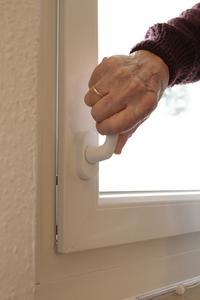 Mit dem Beschlag activPilot Comfort PAD von Winkhaus lässt sich der Fensterflügel drehöffnen und um einen umlaufenden Spalt parallelabstellen. Der Fenstergriff kann in niedriger Höhe angebracht werden. Foto: Winkhaus
