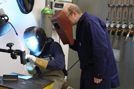 """Herbstferien nutzen, um einen spannenden Berufszweig kennenzulernen: Beim Schülerpraktikum """"Faszination Metalle"""" steht vom 16. bis 18. Oktober die Werkstofftechnik im Mittelpunkt"""