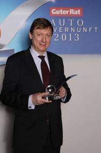 """Opel Mokka ist das """"Auto der Vernunft 2013"""". Matthias Seidl, Opel Executive Direktor Vertrieb, Marketing & Service, nahm die Auszeichnung in Berlin entgegen"""