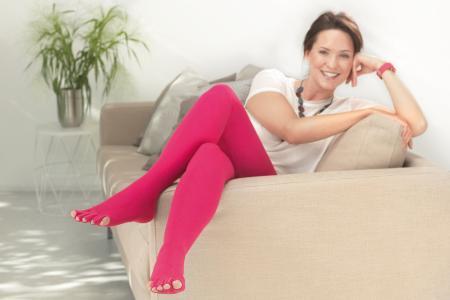 Kompressionsstrümpfe für die Ödemtherapie gibt es vom Hersteller medi auch in vielen trendigen Farben und mit Designelementen (Bild: www.medi.de)